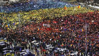 Lichtermeer in Landesfarben - Zehntausende Menschen protestieren in der rumänischen Hauptstadt Bukarest gegen die Regierung.
