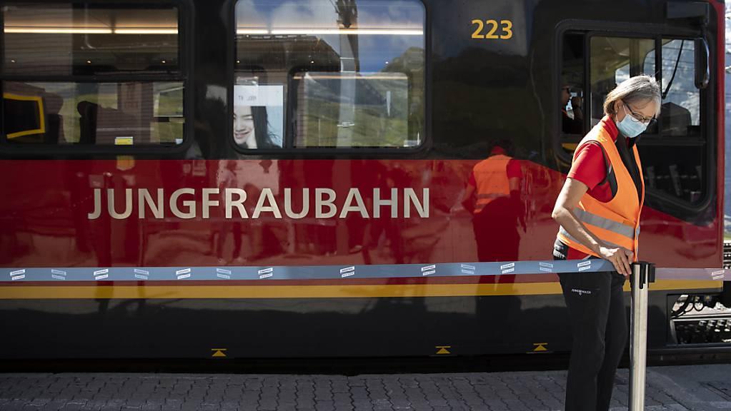 Die Gäste aus dem Ausland, allen voran aus Asien, fehlen auf dem Jungfraujoch noch immer. Im Bild die Jungfraubahn an der Haltestelle Kleine Scheidegg. (Archivbild)
