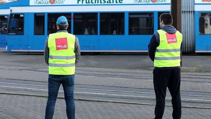 Streikende Mitarbeiter gehen über den Hof der Rostocker Straßenbahn AG. Sie sind dem bundesweiten Aufruf der Gewerkschaft Verdi zu Warnstreiks im Öffentlichen Nahverkehr gefolgt. . Foto: Bernd Wüstneck/dpa-Zentralbild/dpa