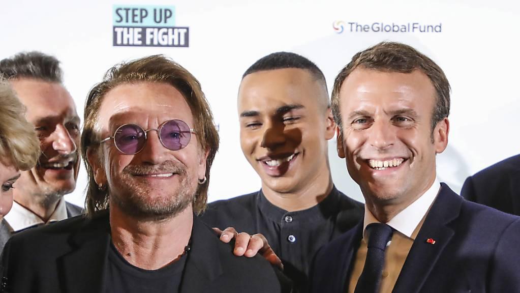 Der französische Präsident Macron (rechts) mit dem irischen U2-Sänger Bono (2. von links) in Lyon.