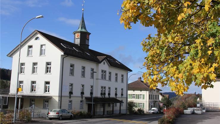 Das Schulhaus Dürrenäsch wurde im 19. Jahrhundert gebaut. Es hat für das Dorf eine identitätsstiftende Wirkung. AG/Archiv