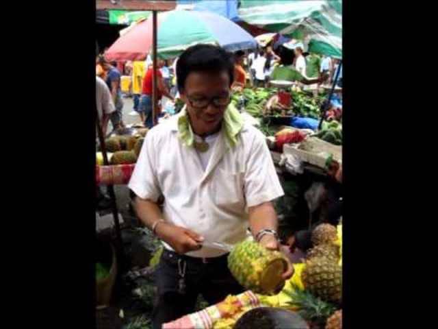 Auf dem Bankerohan Markt in Davao City zaubert dieser Philippine mit seinem Messer in rund 40 Sekunden aus einer ganzen Ananas ein Säckchen voller mundgerechter Stücke.