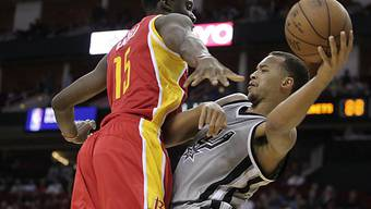 Clint Capela (Bildmitte) spielt vorderhand nicht mehr in der NBA