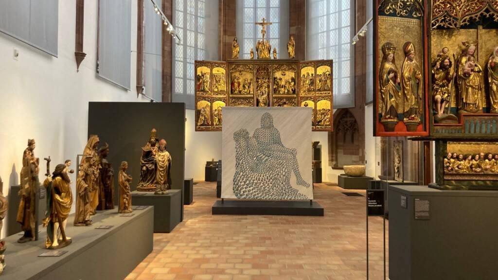 Eine ausgesprochen heutige Pietà inmitten von sakralen Kunstwerken dess Mittelalters.