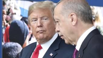 Der türkische Präsident Recep Tayyip Erdogan (rechts) hat den Entscheid von US-Präsident Donald Trump, die US-Truppen in Syrien zu reduzieren, in einem Gastbeitrag gelobt. (Archivbild)