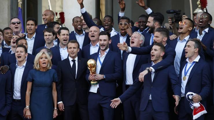 Präsident Emmanuel Macron und seine Frau Brigitte empfangen die Weltmeister am Elysee Palast.