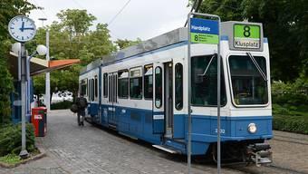 Die Tramlinie 8 fährt ab Sonntag vom neugestalteten Hardplatz über die Hardbrücke. (Archiv)