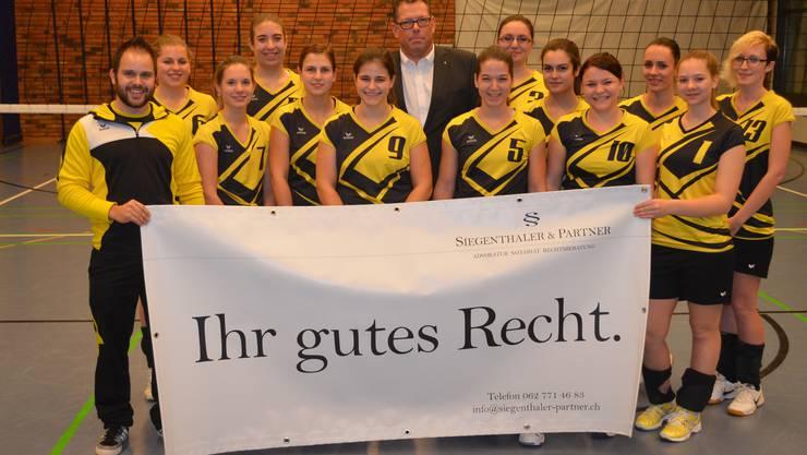In Anwesenheit des Vereinspräsidenten Jörg Gautschi (l.) und Sponsor Marc Siegenthaler (M.) durfte das Damenteam 3 des SV Volley Wyna ihr neues Trikot einweihen.