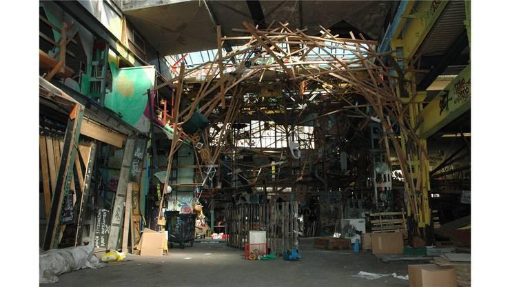 In der einstigen Fabrikhalle hatten die Binz-Besetzer eine riesige Holzskulptur gebaut.