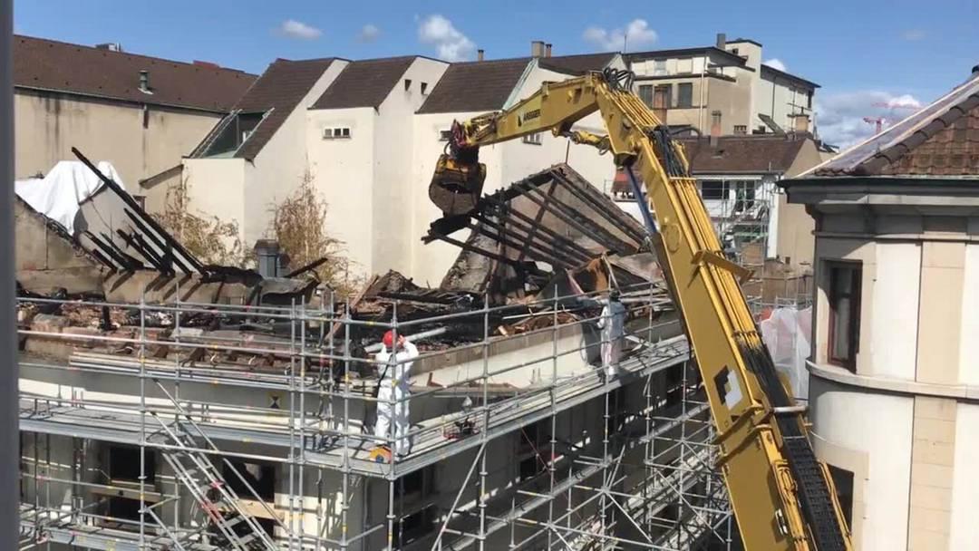 Hier wird das Dach des «Schwarzen Bären» abgerissen