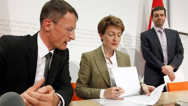 Bundesratssprecher André Simonazzi (rechts) steht für eine Kultur der Verschwiegenheit und «Informationsverhinderung». KEYSTONE