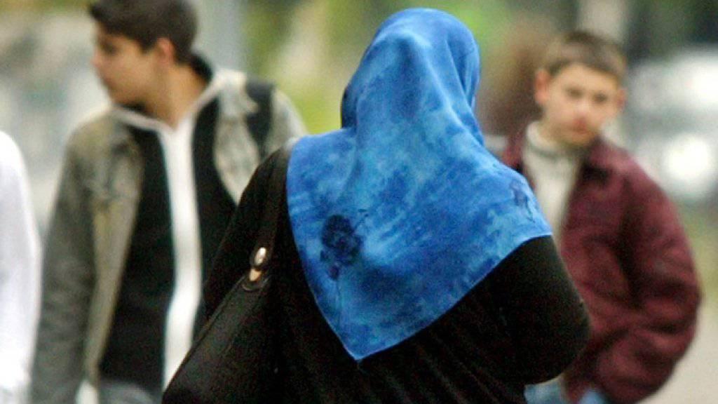 Eine Serbin ist wegen ihres Kopftuches zu Unrecht entlassen worden. Das hat ein Gericht im Kanton Bern befunden. (Symbolbild)