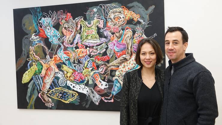 Claudia Lüscher und Reto Andri vor einem Werk von Cristiano Mangovo aus Angola.