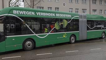 Der erste Elektro-Gelenkbus der Basler Verkehrs-Betriebe (BVB) wird ab Freitag im regulären Fahrgastbetrieb eingesetzt. Ab 2027 sollen auf dem Netz der BVB nur noch Elektrobusse verkehren. (KEYSTONE/Georgios Kefalas)