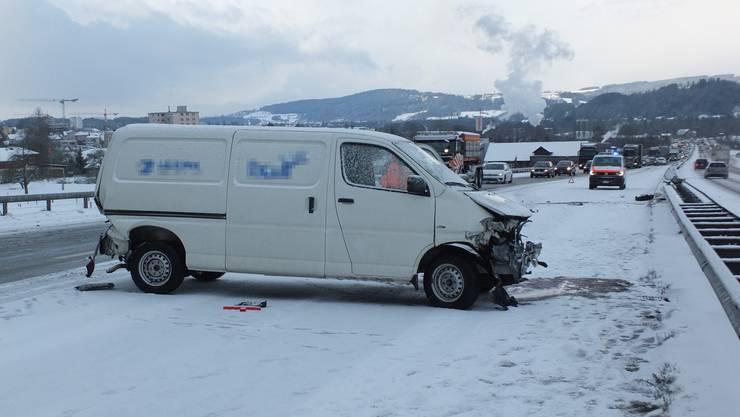 Der beschädigte Lieferwagen nach der Kollision.