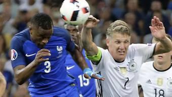 Die entscheidende Szene des Halbfinals: Bastian Schweinsteiger (7) im eigenen Strafraum mit der Hand am Ball