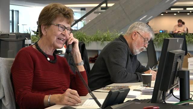 Die freiwilligen Spendenhelfer bei ihrer Arbeit im AZ-Newsroom in Aarau.