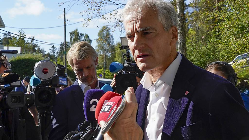 Jonas Gahr Støre, Vorsitzender der Sozialdemokraten in Norwegen, beantwortet Fragen von Reportern vor seinem Haus. Foto: Terje Bendiksby/NTB/AP/dpa