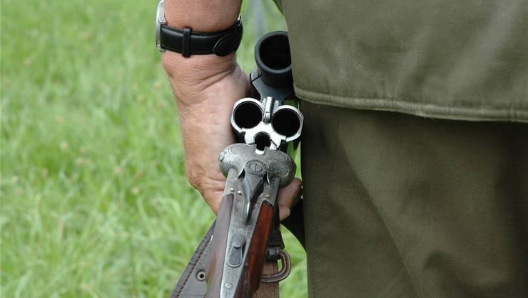 Mit einer Schrotflinte führte der Beschuldigte dem Geschädigten eine Schusswunde zu. Symbolbild