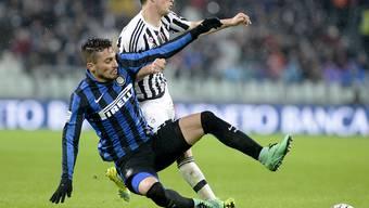 Juves Stephan Lichtsteiner (rechts), hier im Zweikampf mit Alex Telles von Inter Mailand, wurde nach 55 Minuten ausgewechselt