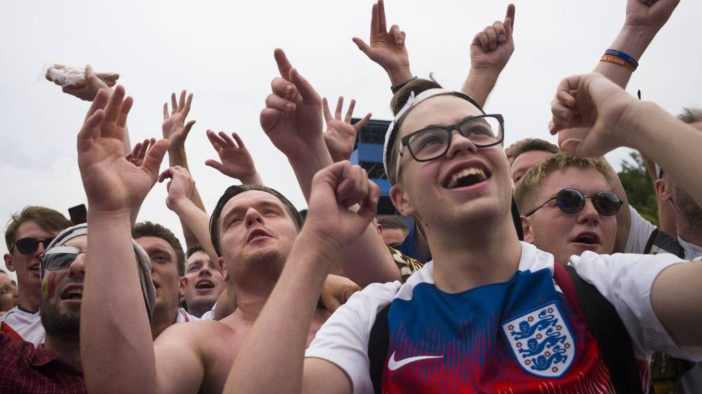 Diese England Fans drücken ihrer Mannschaft die Daumen - so oder so.