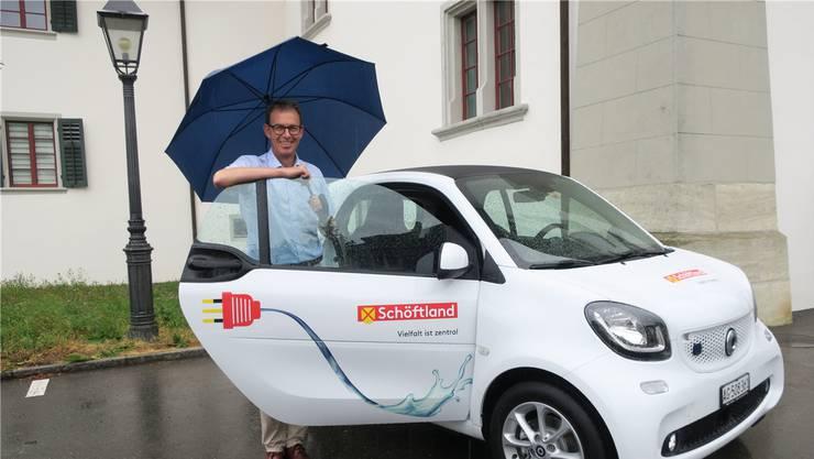 Gemeindeammann Rolf Buchser mit dem Elektro-Smart, dem neuen Dienstfahrzeug der Gemeindeangestellten.