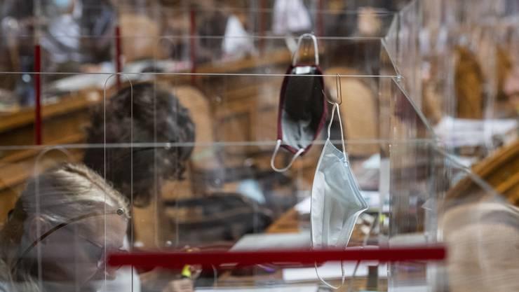 Gesichtsmasken – hier im Bild im Nationalratssaal in Bern – empfiehlt das Bundesamt für Gesundheit zur Eindämmung der Coronapandemie.