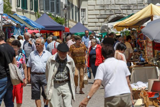 Reichlich Leute strömten auf den Flohmarkt.