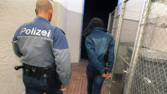 Weniger Straftaten durch Asylbewerber im Kanton Zürich. Das Foto zeigt eine Verhaftung in der Nähe der Langstrasse im Kreis 4. KEYSTONE/Gaetan Bally