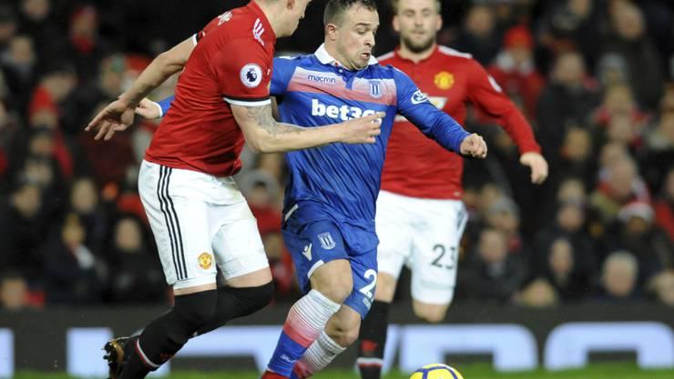 Stokes Xherdan Shaqiri setzt sich gegen Phil Jones von Manchester United durch