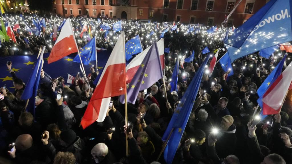 Menschen demonstrieren für die polnische EU-Mitgliedschaft in Warschau. Foto: Czarek Sokolowski/AP/dpa