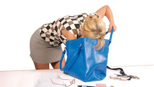 So kriegst du deine Handtasche ordentlich