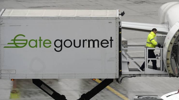 Soll bald in chinesische Hände kommen: Fahrzeug von Gategroup beim Beladen eines Flugzeugs am Flughafen in Zürich. (Archiv)