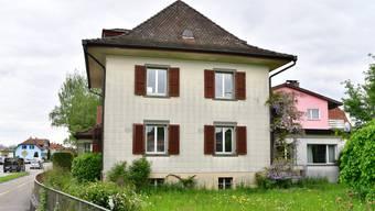 Wird bald eine kommunale Asylunterkunft: Das Viehweg-Haus an der Niederämterstrasse 36 in Dulliken, mit Aufenthaltsräumen im Anbau rechts.