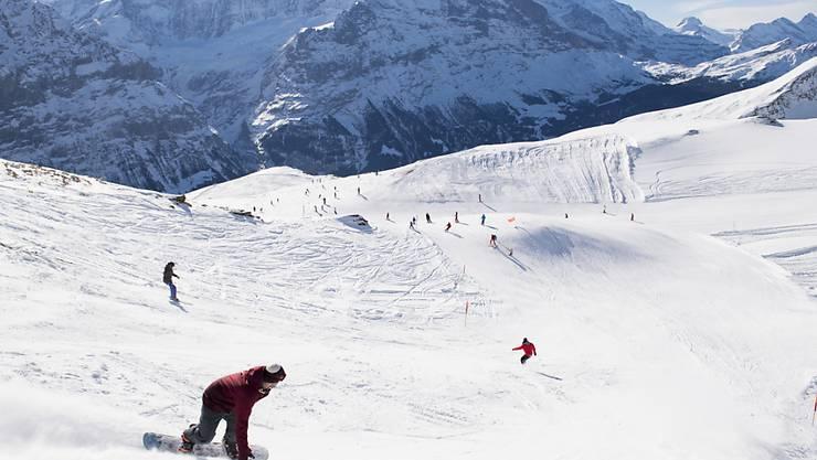 Die Jungfraubahnen wollen in den Skigebieten von Grindelwald und Wengen die Zahl der Ski- und Snowboardfahrenden begrenzen. (Archivbild)