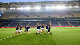 Kein Spiel: Während sich die Fenerbahce-Spieler aufwärmen, ist von den Fussballern von Besiktas Istanbul nichts zu sehen