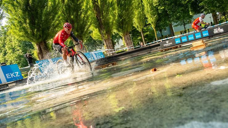 Timon Rüegg kämpft sich durchs Wasser.