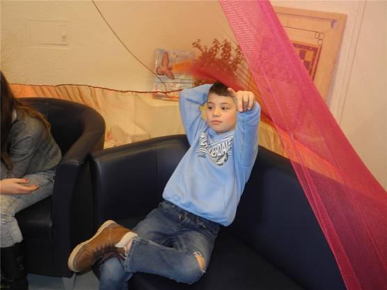 William (8) ist im Geschichtenzelt schon fast zu Hause.