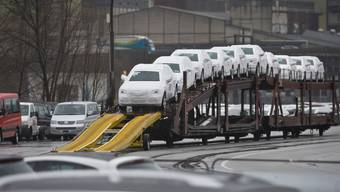 31 Mio. Franken Strafe zahlen die Importeure. Auf dem Bild werden Neuwagen in Schinznach abgeladen.