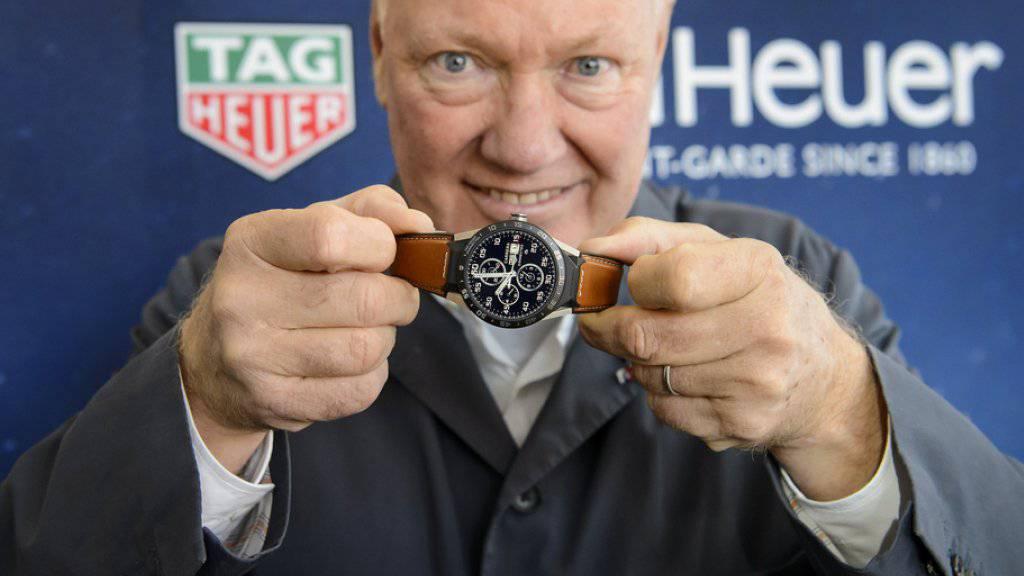 """Jean-Claude Biver mit der Smartwatch """"Carrera Connected"""" von TAG Heuer: """"56'000 Stück haben wir in den vierzehn Monaten seit der Lancierung im November 2015 abgesetzt, viel mehr als die ursprünglich erwarteten 20'000""""."""