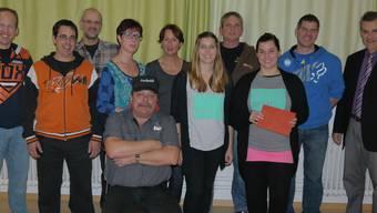 Bei der Spendenübergabe: OK Benefiz-Motocross Fricktal, Vertreter des Samaritervereins Herznach und Jugendtreff Domizil sowie Gemeinderat Hornussen.
