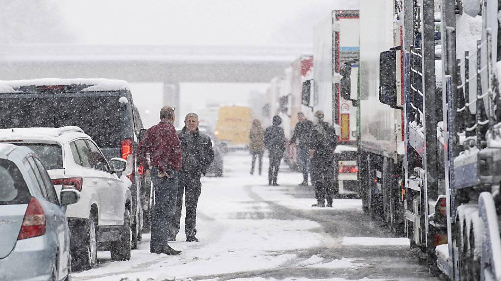 Autobahn A8 in Deutschland: Zahlreiche Menschen mussten etwa wegen quer stehender Lastwagen die Nacht auf Freitag auf der Autobahn verbringen.