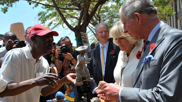 Prinz Charles und Camilla auf einem Handwerkermarkt in Soweto