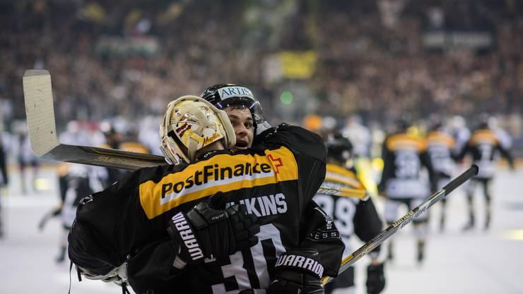 Die Lugano-Spieler wussten, bei wem sie sich zu bedanken haben: Grégory Hofmann knuddelt seinen Goalie Elvis Merzlikins.
