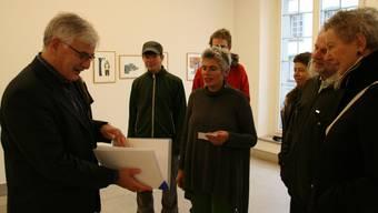 Der Aarauer Stadtammann Marcel Guignard (links) nimmt die gesammelten Unterschriften entgegen