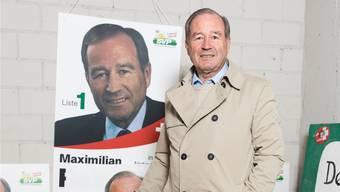 Maximilian Reimann, porträtiert vor seinen alten Wahlplakaten in der Garage.