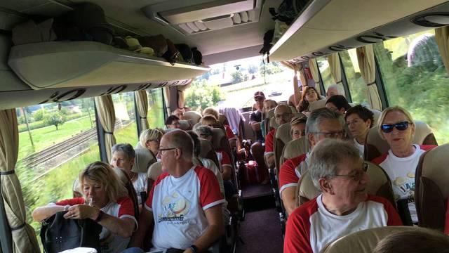 Die Jass-Fans auf dem Weg ins Wallis – ausgerüstet mit Strohhüten und Fanshirts