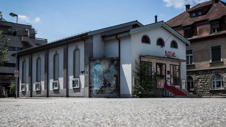 Blick über die Kreuzung Hasel-/Bahnhof-/Parkstrasse auf den alten Kinobau. Christoph Voellmy