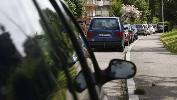 Der Gemeinderat hatte entschieden, im gesamten Gemeindegebiet das Parkieren mittels Blauer Zone zeitlich einzuschränken. (Symbolbild)