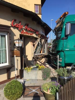 Ein Lastwagen fährt über die Gartenterrasse in ein Restaurant gefahren. Verletzt wurde niemand.